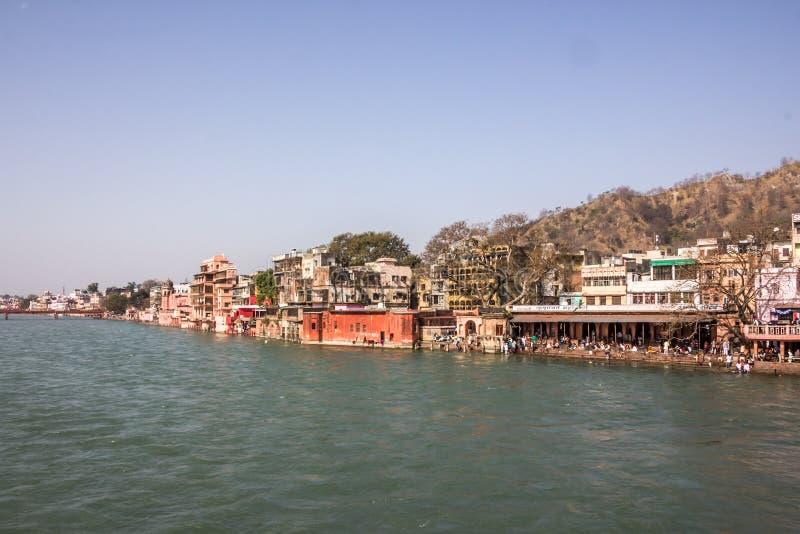 Ghatstempels en hotels in Haridwar stock foto's