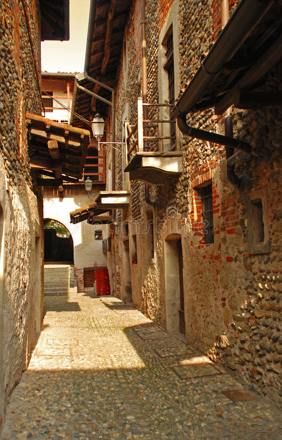 Ghemme, Novara, Italië. Binnenplaats door Ricetto stock foto's