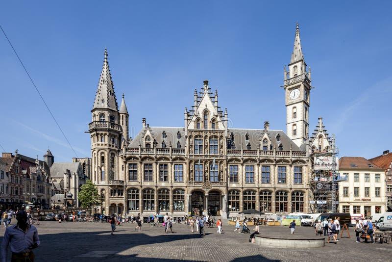 Ghent Belgia, Czerwiec, - 1, 2017: Stary poczta budynek przez Saint Nicolas kościół w centrum miasteczko fotografia royalty free