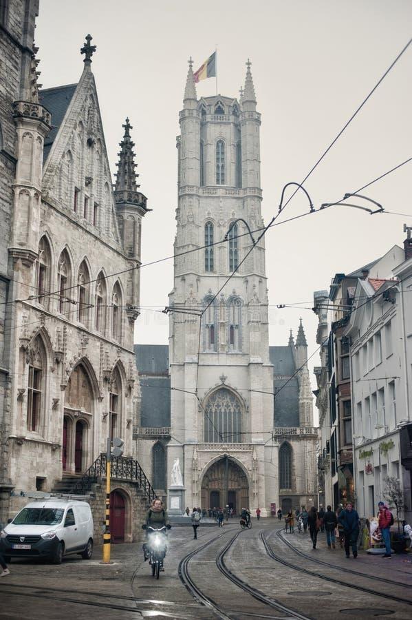 Ghent Belgia, Listopad, - 15, 2017 Wysoki Gocki budynek St Bavo katedra w Ghent, Belgia w chmurze sk zdjęcia stock