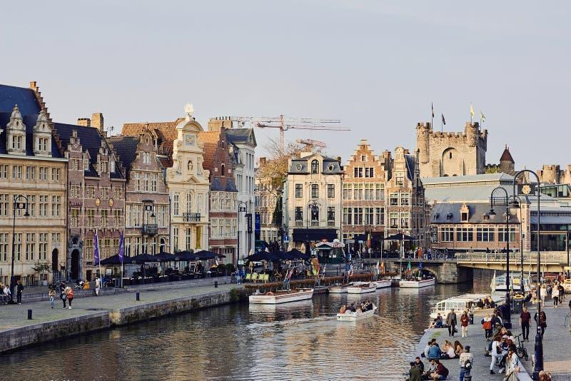 Ghent, Wschodni Flandryjski, Belgia, Październik 17, 2018: Widok wodny kanał i średniowieczni budynki wzdłuż quays Graslei i kore obraz royalty free