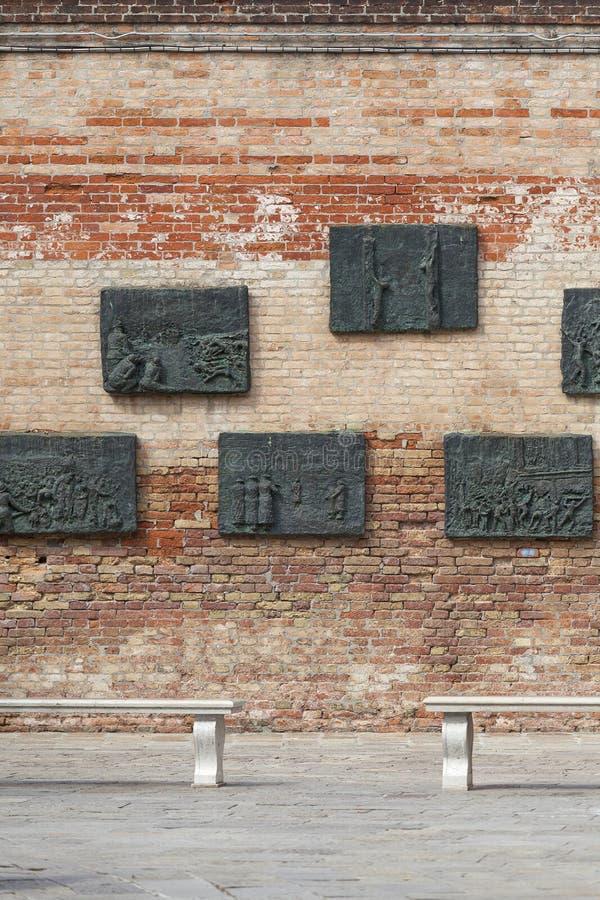 Ghetto veneciano, pared con alivios tallados en las placas de bronce, conmemorativas a los judíos venecianos, Venecia, Italia imagen de archivo libre de regalías