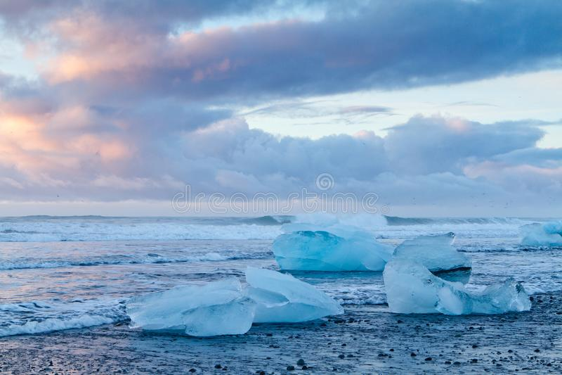 Ghiacci la roccia con la sabbia nera alla spiaggia del diamante fotografia stock libera da diritti