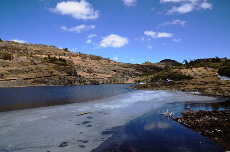 Fiume della montagna in ghiaccio fotografia stock libera da diritti