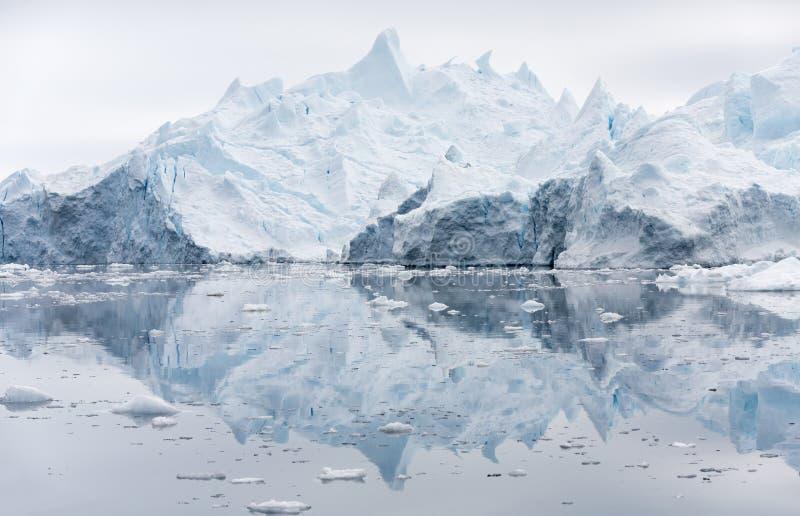 Ghiaccia ed iceberg delle regioni polari di terra fotografia stock