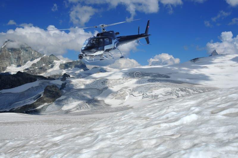 Ghiacciai di contaminazione dell'elicottero ed il matterhorn fotografie stock libere da diritti