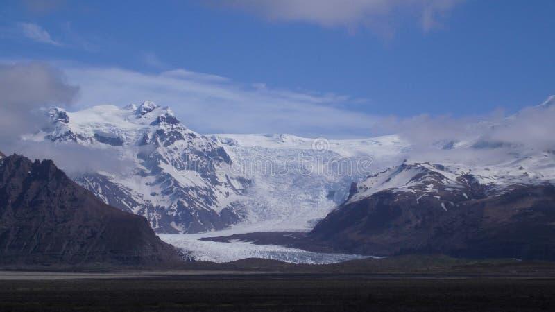 ghiacciai Rocky Lava Mountains Cover With Snow e ghiaccio immagine stock libera da diritti