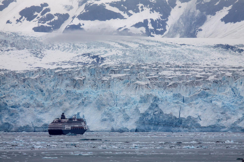 Ghiacciaio di Hubbard - una nave da crociera si avvicina a fotografia stock