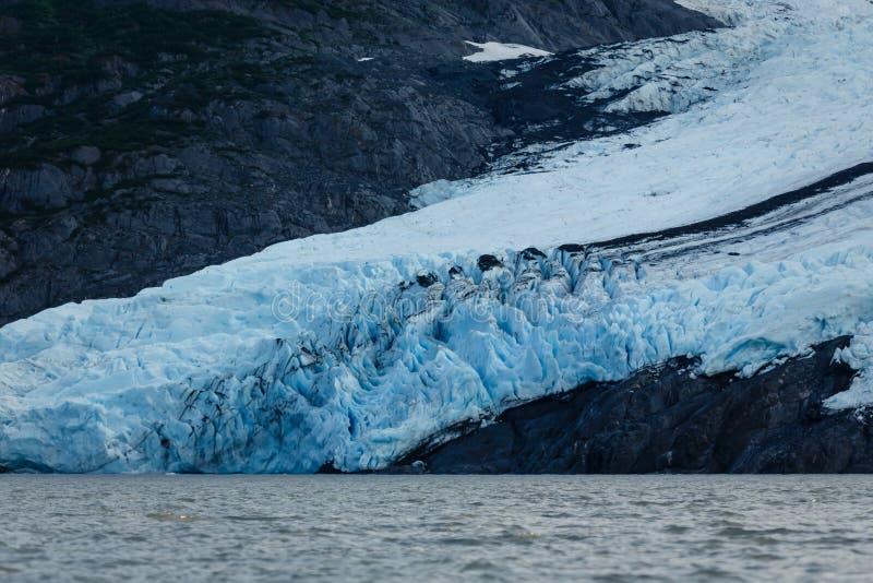 Ghiacciaio di Portage in ombra profonda della montagna di estate Alaska fotografia stock libera da diritti