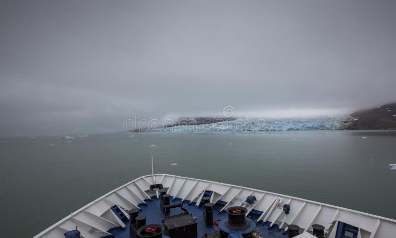 Ghiacciaio massiccio della Monaco nelle Svalbard a distanza fotografia stock libera da diritti