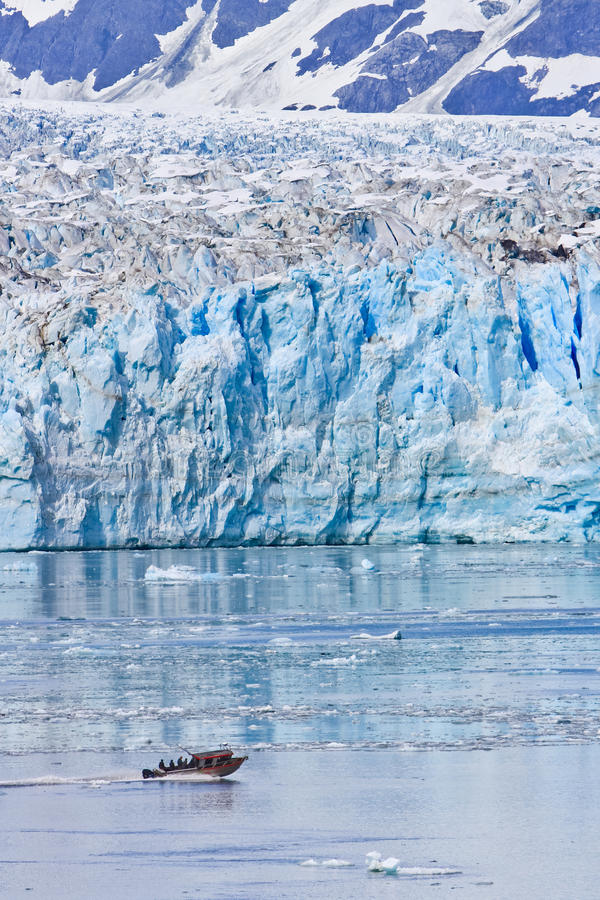 Ghiacciaio massiccio di Hubbard della piccola barca dell'Alaska fotografia stock libera da diritti