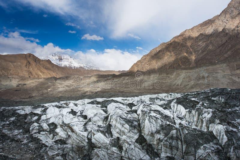 Ghiacciaio in valle di Nagar, ghiacciaio grigio del saltatore con la montagna in Ka fotografia stock