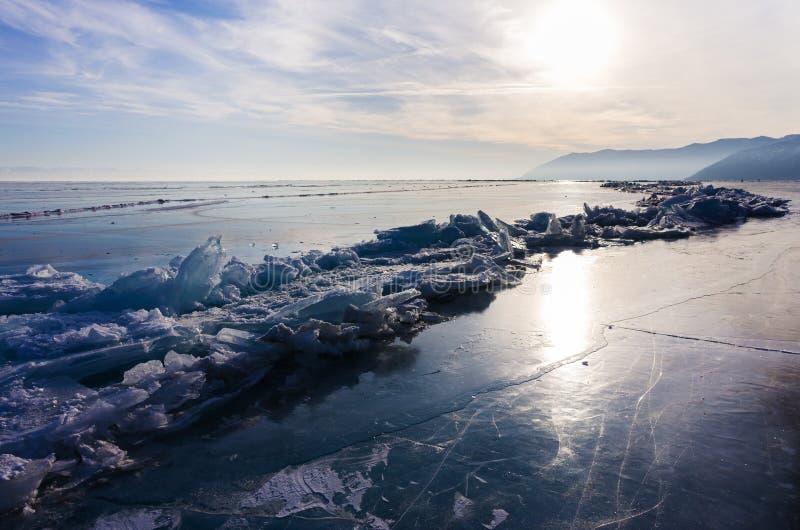 Ghiaccio blu e freddo del lago Baikal Collinette e mucchi di ghiaccio fotografie stock