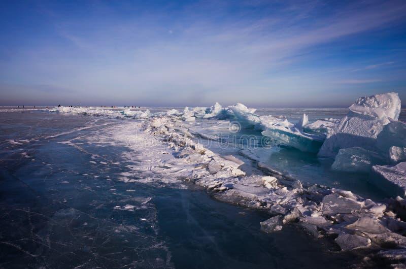 Ghiaccio blu e freddo del lago Baikal hummocks immagini stock