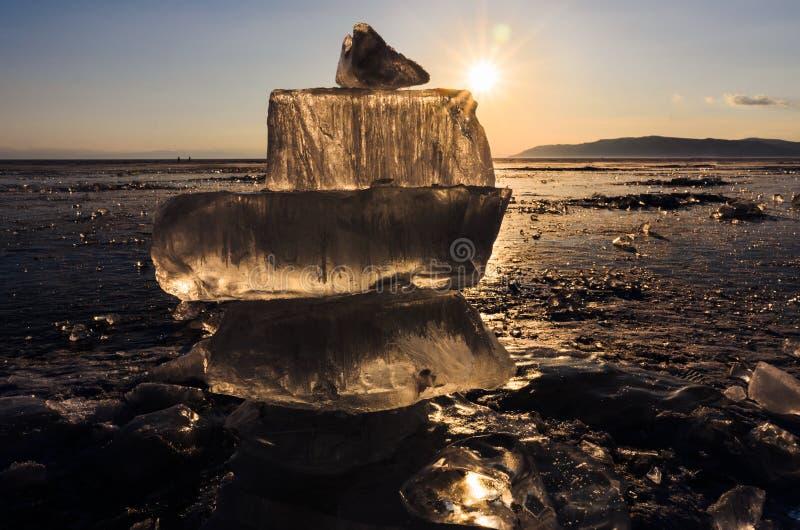 Ghiaccio blu e freddo del lago Baikal Ghiaccio trasparente al sole fotografia stock
