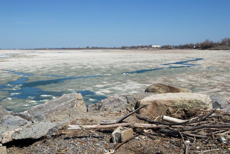 Ghiaccio che si fonde sul lago immagine stock immagine for Casetta sul lago catskills ny