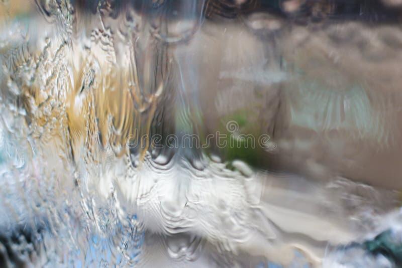 Ghiaccio congelato primo piano sulla finestra, fuoco su acqua fotografie stock