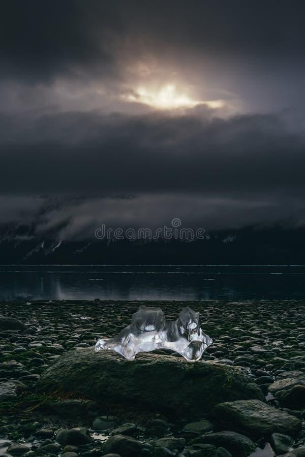 Ghiaccio d'ardore sulla roccia del fiume, Haines Alaska fotografie stock