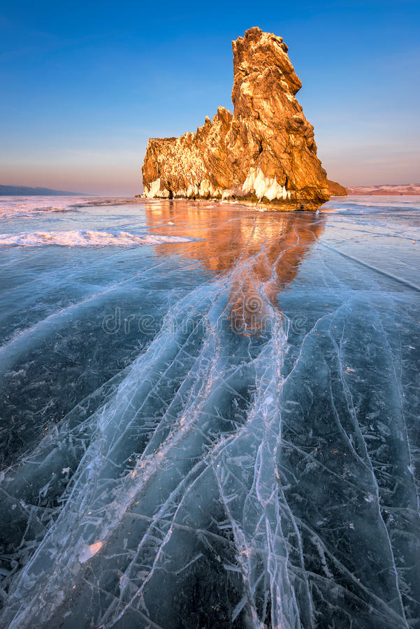Ghiaccio del lago Baikal ed isola famosi Ogoy al tramonto, lago Baikal, R fotografia stock libera da diritti
