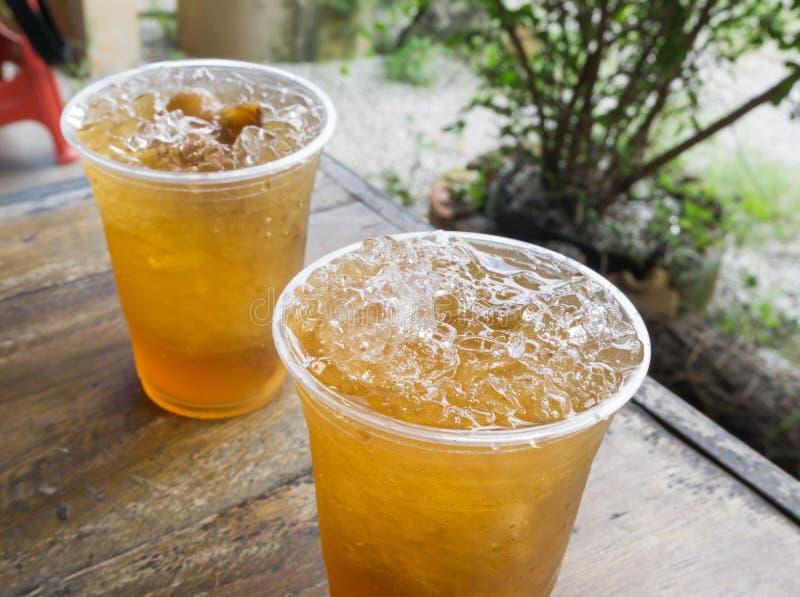Ghiaccio del primo piano della bevanda del longan sulla tavola di legno immagini stock libere da diritti