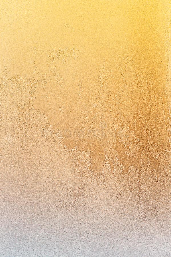 Ghiaccio Di Ghiaccio Gelato Giallo Sfondo, Specie Naturale Di Ghiaccio Di Ghiaccio Alla Luce Del Tramonto Sfondo astratto inverna fotografie stock libere da diritti