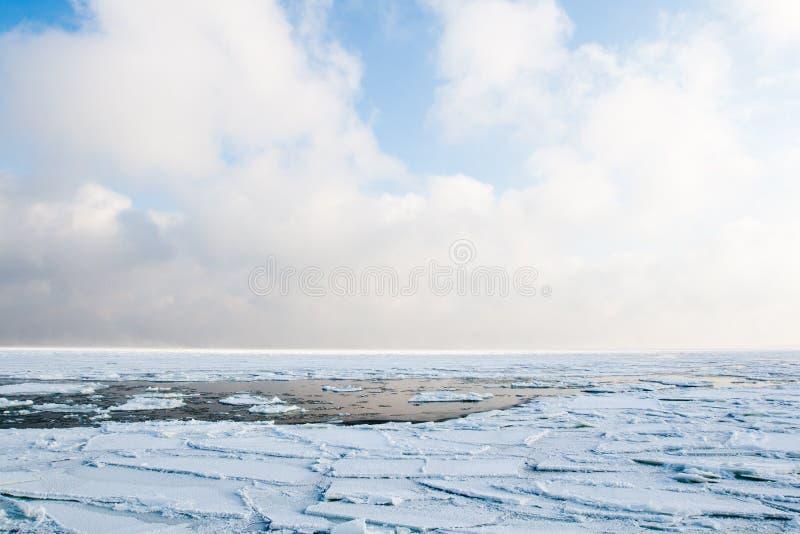 Ghiaccio galleggiante che galleggia in mare nell'inverno fotografia stock