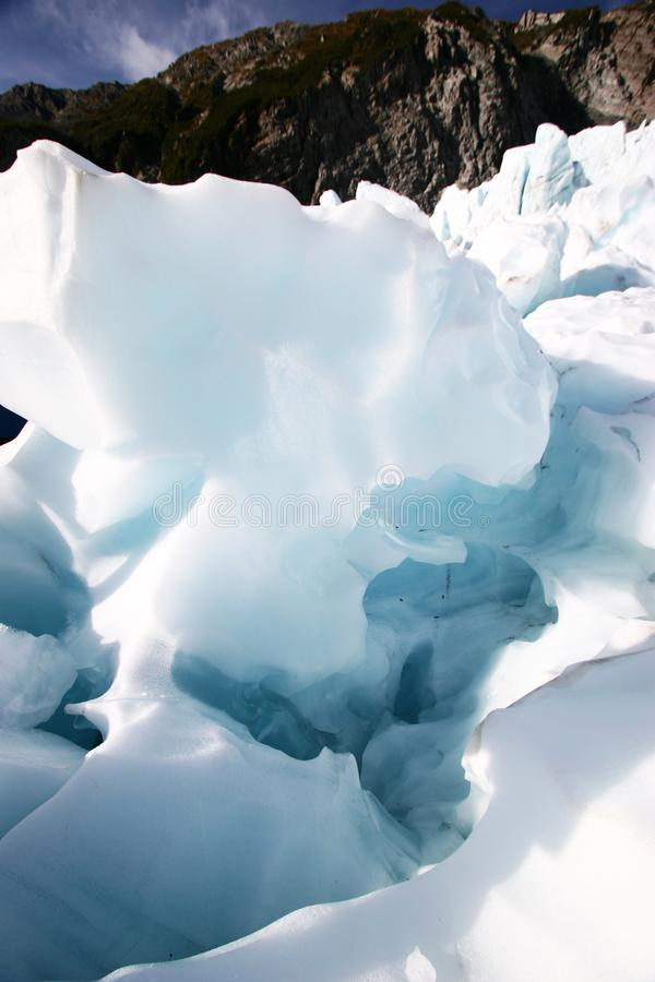 Ghiaccio irregolare del ghiacciaio sulla montagna immagini stock