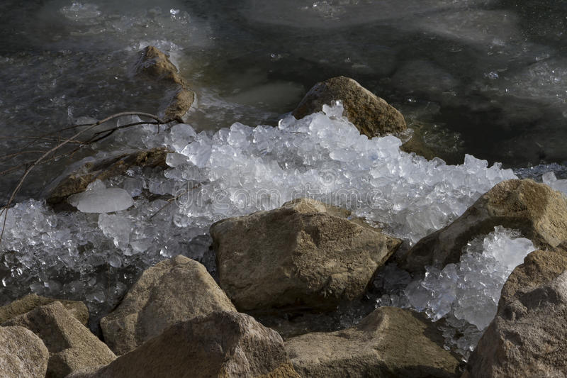 Ghiaccio schiacciato sulle rocce fotografia stock libera da diritti