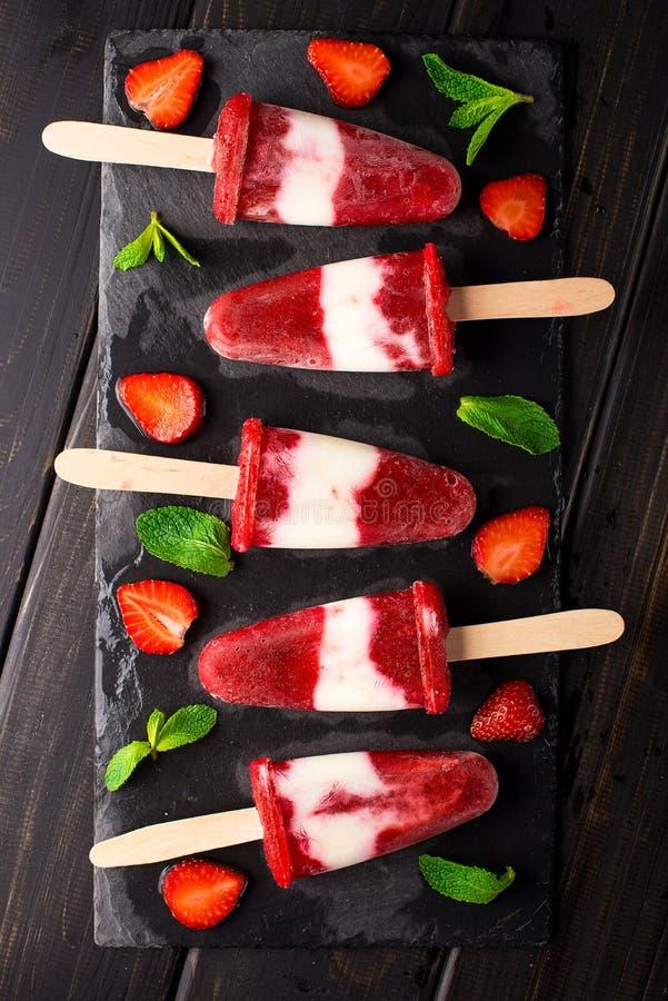 Ghiaccioli casalinghi del gelato del yogurt della fragola fotografia stock
