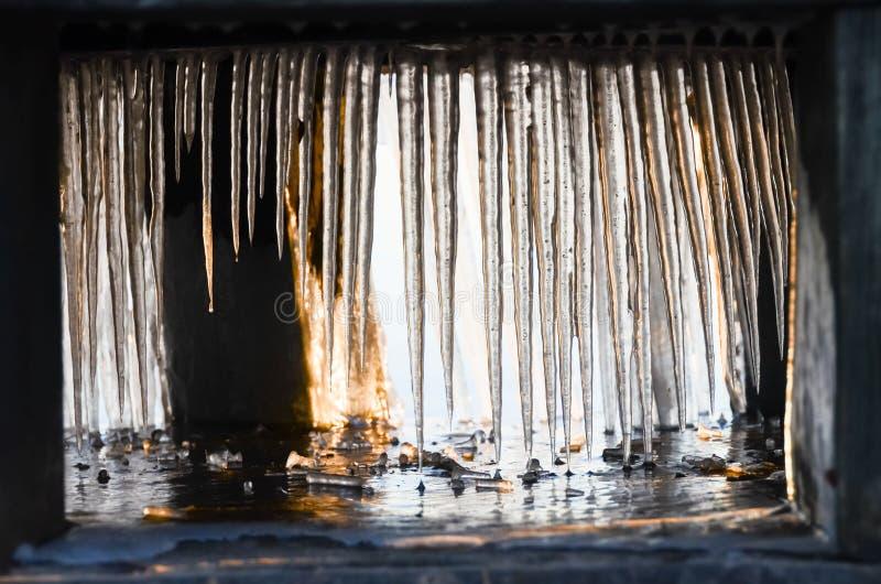 Ghiaccioli che raggiungono l'acqua fotografie stock libere da diritti