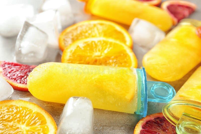 Ghiaccioli saporiti con i cubetti di ghiaccio e le fette dell'agrume, immagine stock