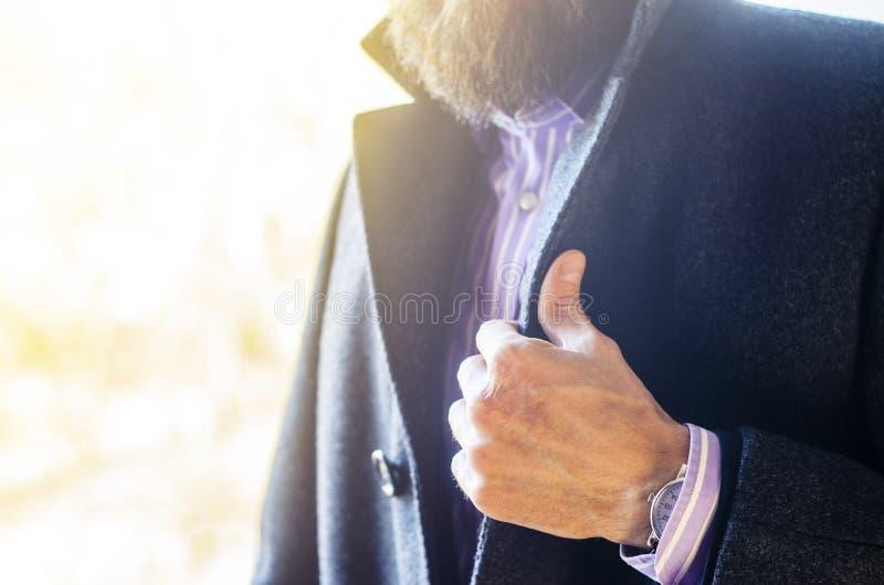 Ghiera di bloccaggio dell'uomo in Gray Coat Close-Up fotografia stock libera da diritti
