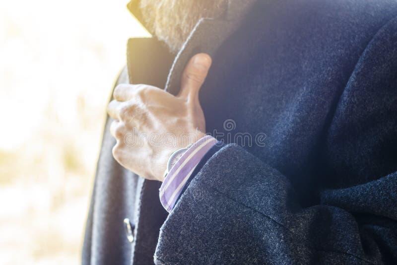 Ghiera di bloccaggio dell'uomo in Gray Coat Close-Up fotografia stock