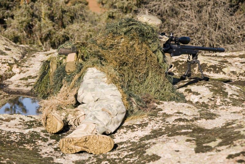 Ghillie снайпера одело указывать с снайперской винтовкой L96-A1 - 1 стоковая фотография rf