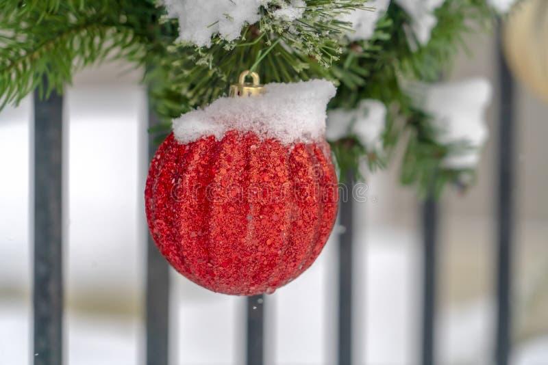 Ghirlanda con l'ornamento brillato rosso della palla di natale immagini stock libere da diritti
