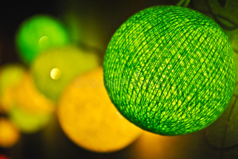Ghirlanda d'ardore luminosa sulla parete fotografia stock