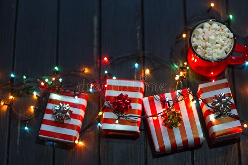 Ghirlanda decorativa Luci di Natale su fondo scuro fotografia stock