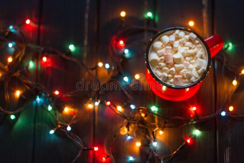 Ghirlanda decorativa Luci di Natale su fondo scuro immagini stock