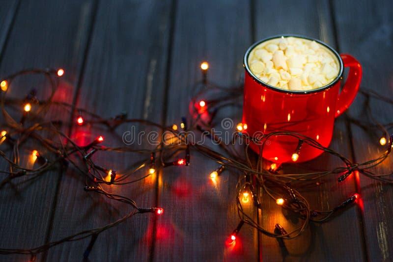 Ghirlanda decorativa Luci di Natale su fondo scuro fotografie stock