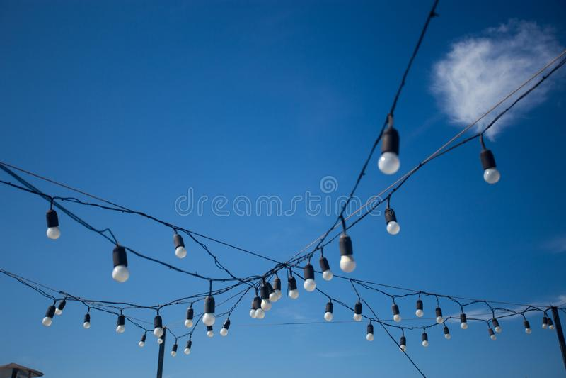 Ghirlanda della decorazione della lampadina dell'iluminazione pubblica sul fondo del cielo fotografie stock libere da diritti