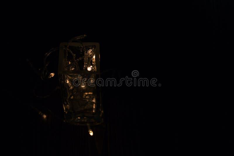 Ghirlanda in un vetro Alla notte fotografie stock libere da diritti