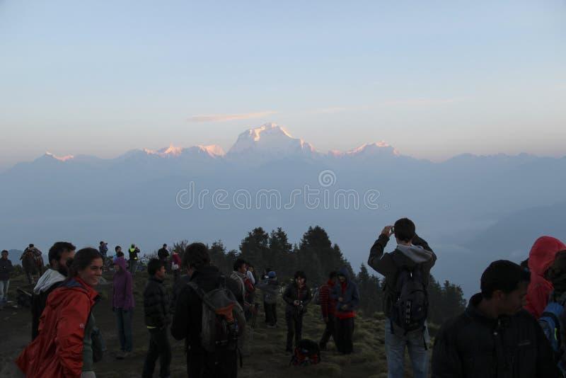 Ghorepani, Nepal - cerca do junho de 2013 Povos que apreciam o nascer do sol em Poon Hill fotografia de stock