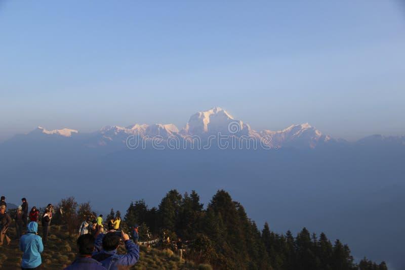 Ghorepani, Nepal - Około Czerwiec 2013 Ludzie cieszy się wschód słońca przy Poon wzgórzem fotografia stock