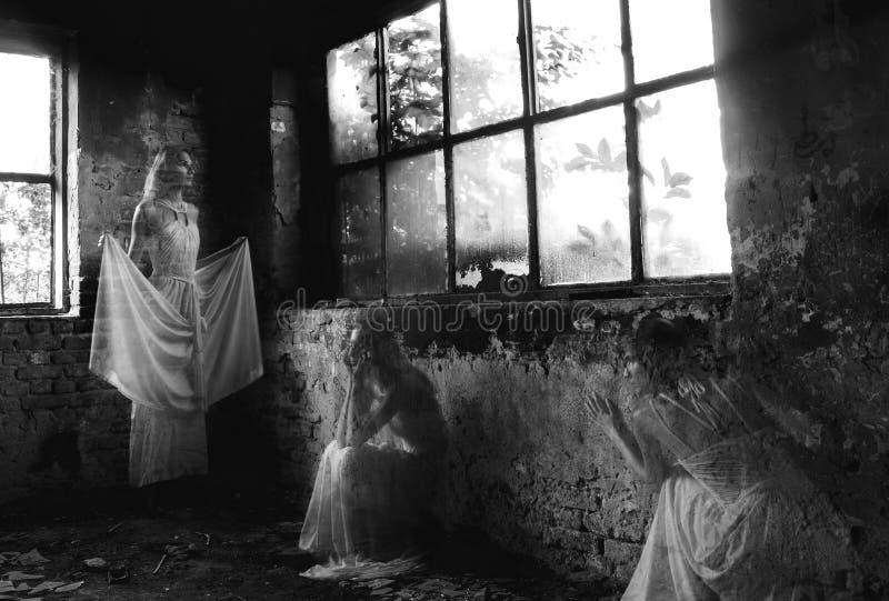 Ghost da jovem senhora na construção abandonada imagens de stock