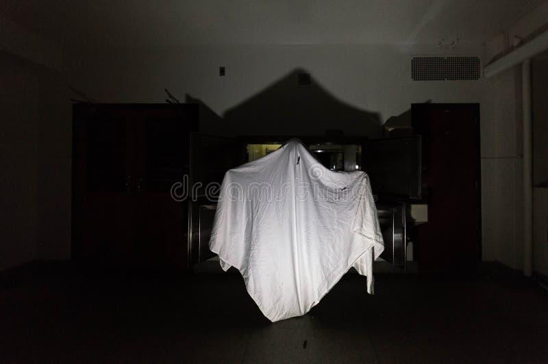 Ghost effrayant dans l'hôpital abandonné photo stock