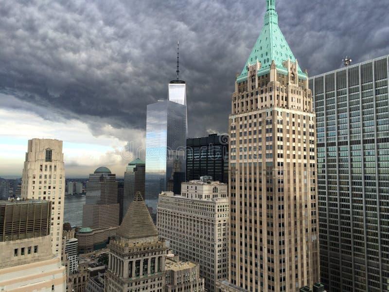 Ghostbuster Cllouds über Finanzbezirk von New York City lizenzfreies stockfoto