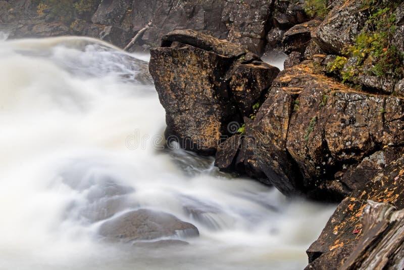 Giù cadute stracciate intermedie sul fiume di Oxtongue fotografia stock