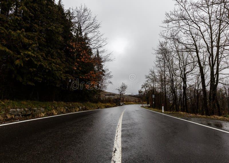 Giù la via sulla montagna - Toscany - Italia fotografia stock libera da diritti