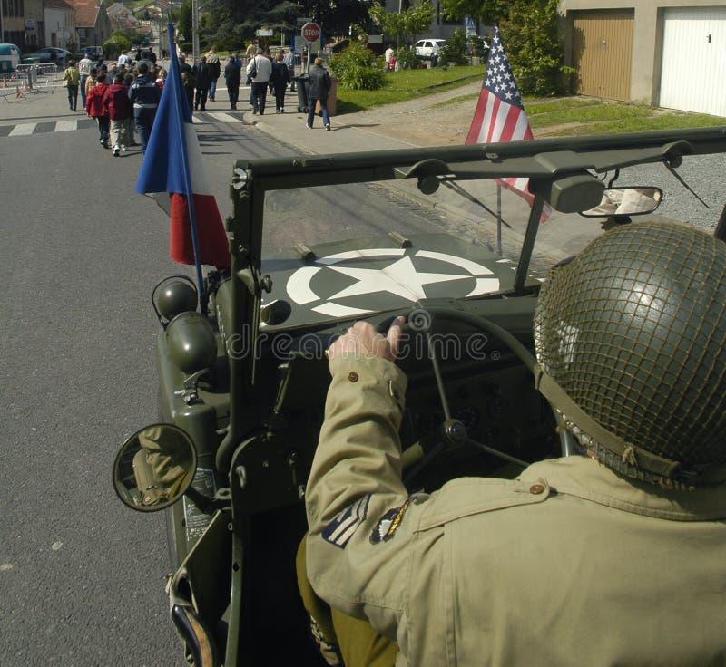 Download GI Des USA Conduisant Une Vieille Jeep Photo stock - Image du libération, vert: 8663288