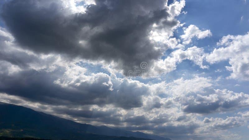 Giacimenti Kestel Bursa Turchia dei girasoli dei raggi di sole delle nuvole immagini stock libere da diritti